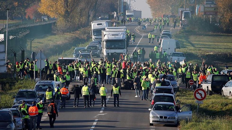 Macron'un çağrısı havada kaldı: Sarı yelekliler bir kez daha sokaklarda...