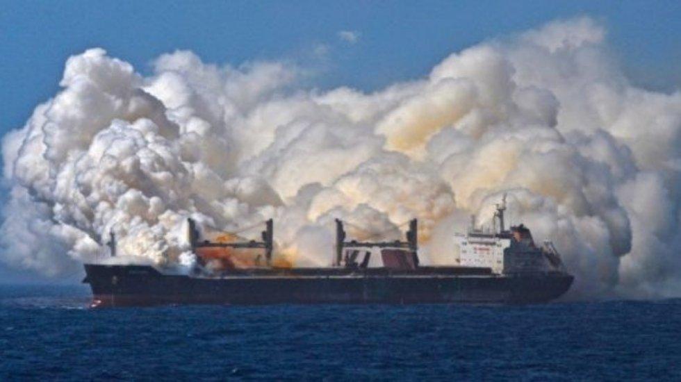 'Kerç Boğazı'nda iki gemi alev aldı, mürettabatın içinde Türkler de var'