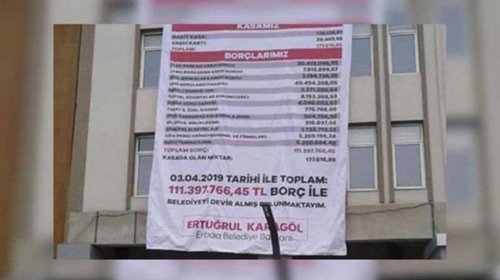 Gelen Belediye Başkanı Giden Başkanın borcunu belediyenin duvarına astırdı