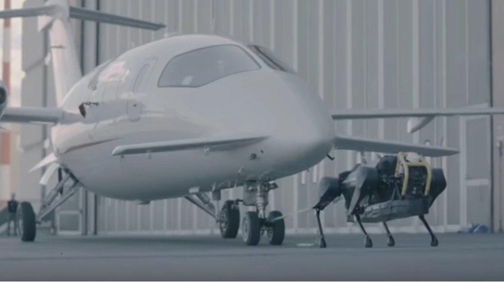 Robot köpek 3 tonluk uçağı çekti