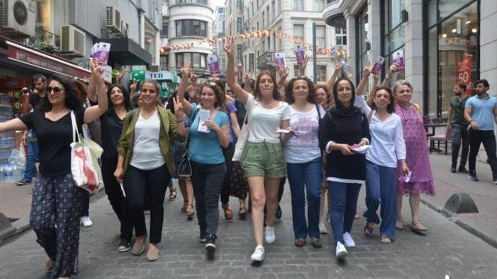 CHP ve HDP'li kadınlar Taksim Meydanı'nda birlikte seçim bildirisi dağıttı
