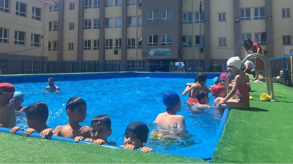 Okul bahçesinde havuz keyfi