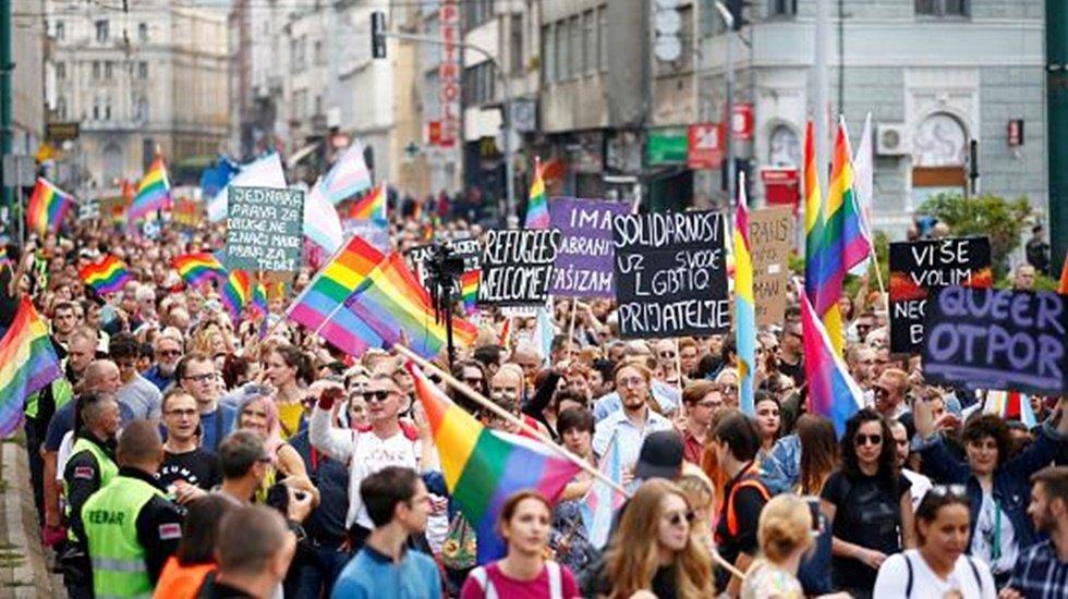 Eşcinseller keskin nişancıların kontrolünde yürüdü